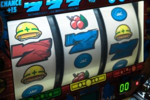 Online Slots Picture: Slot machine displaying three seven.